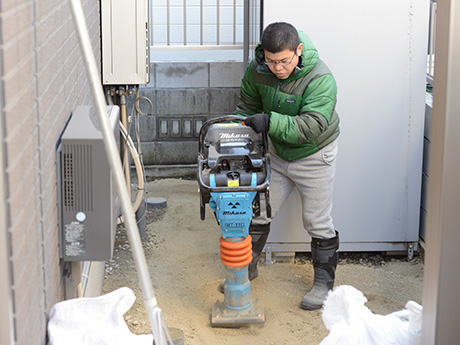 工事現場等で使用されている、地面を固める機械の …